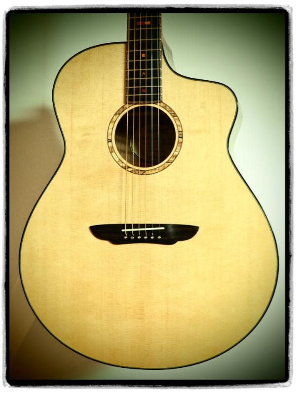 Jumbo Gitarre # 017 - Nussbaum geflammt - Sitka Fichte
